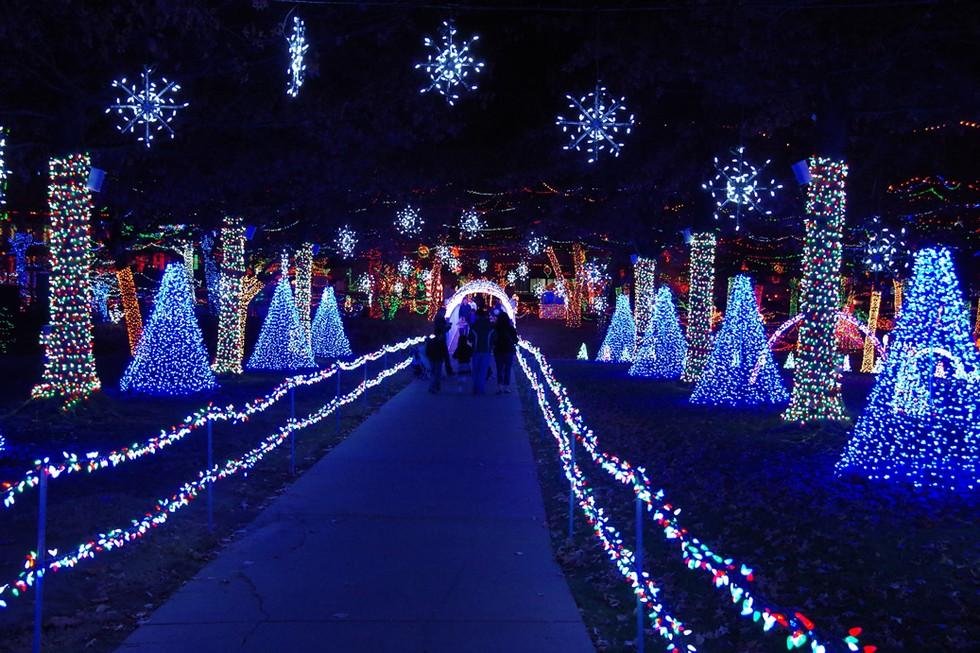 18 Beautiful Christmas Lights Displays Around The World - Christmas Lights In La