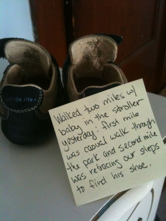 Post-it note with shoes