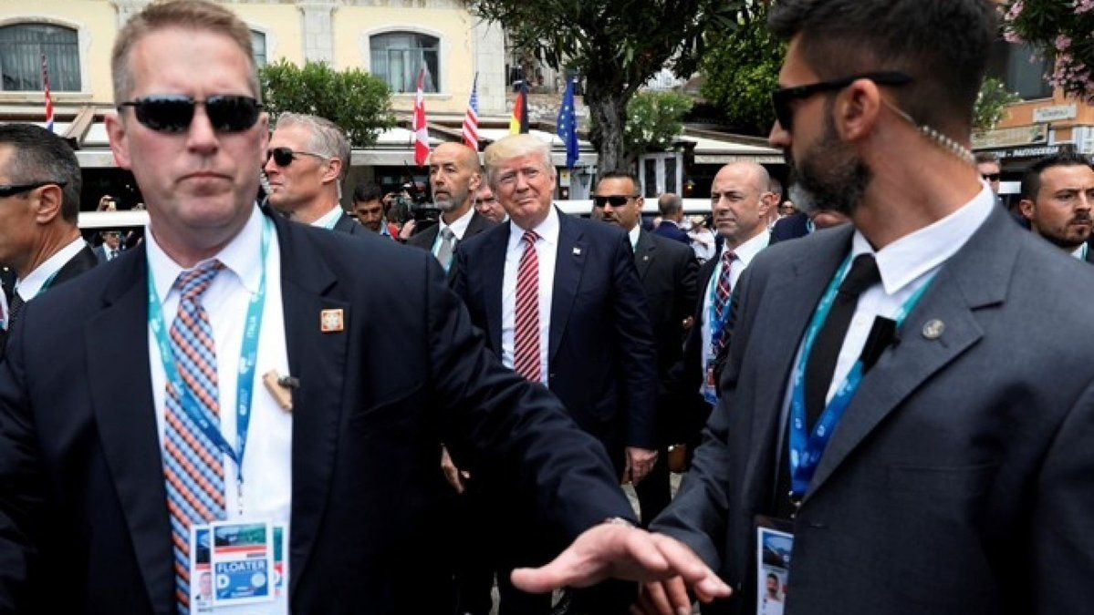 Donald Trump surrounded by secret service agents