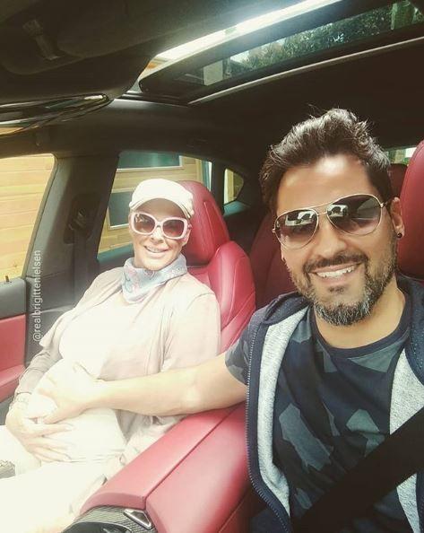 Brigitte and Mattia in a car