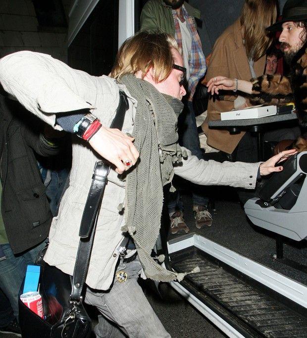 Macaulay Culkin avoiding the paparazzi