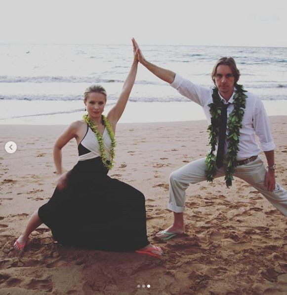 Kristen Bell and Dax Shepard on the beach