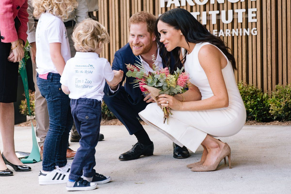 Meghan Markle and Prince Harry meet a little boy at an Australian zoo
