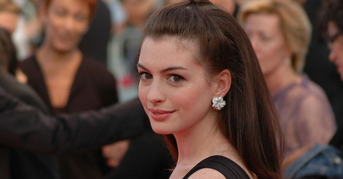 anne hathaway shows off new hair color and its very dramatic