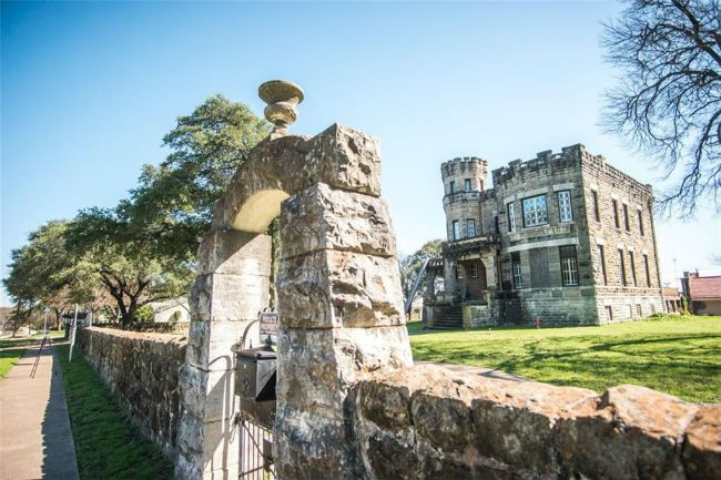 It's A Real Fixer Upper - Chip And Joanna Gaines Buy Texas Castle (Photos)