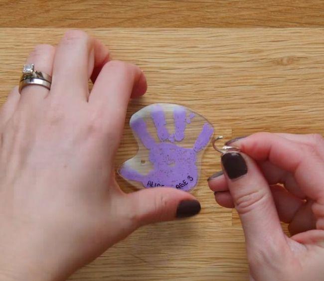 Twoje dziecko w 5 minut zrobi breloczek z odciskiem dłoni. Idealne zajęcie na nudne dni!