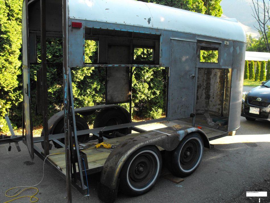 Zamienił 40-letni wóz do przewozu koni w przytulną przestrzeń. W środku wygląda fantastycznie