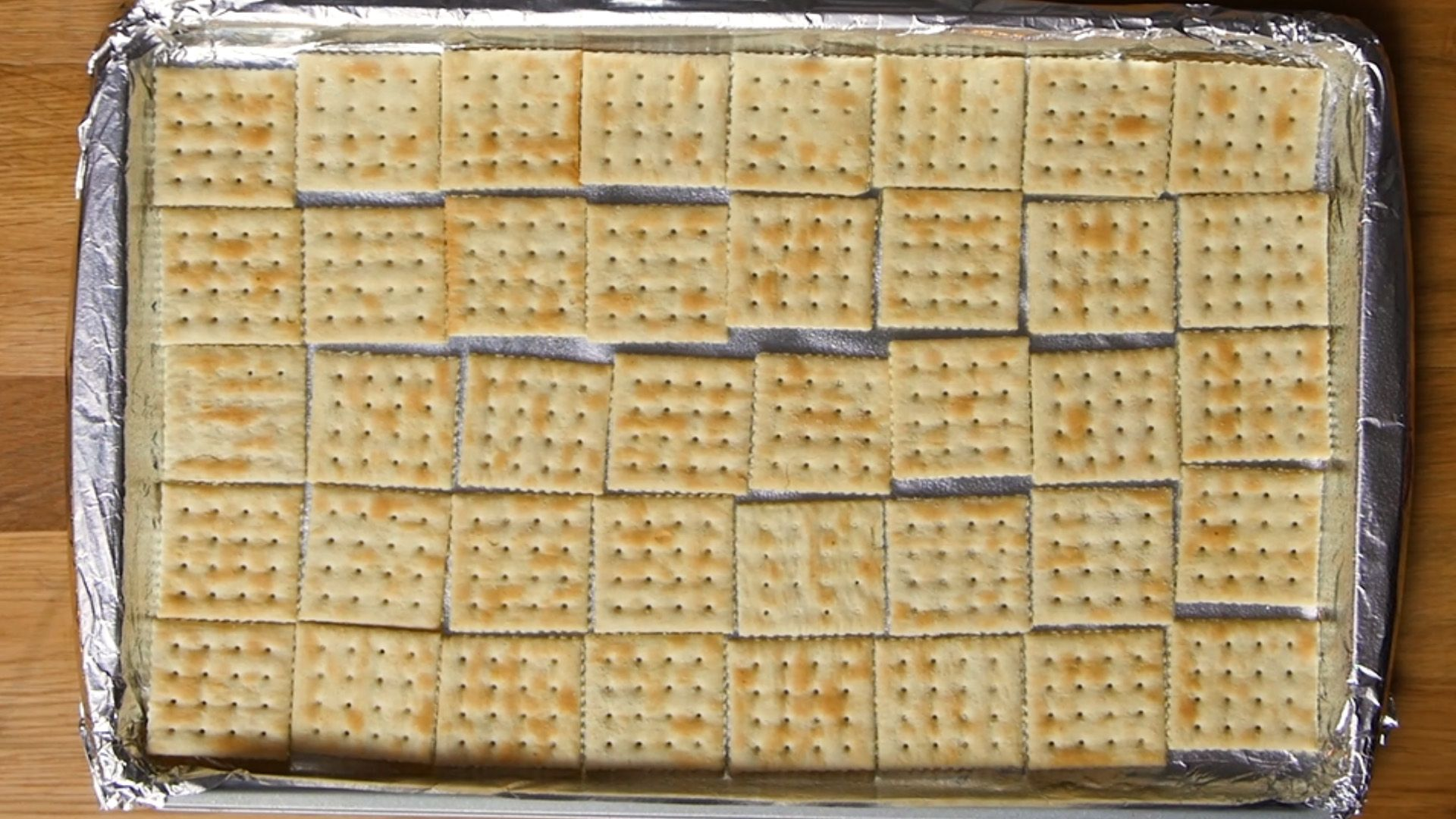 baking tray with aluminum foil lined with saltines